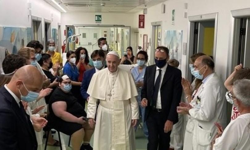 Papa Francesco lascia il Gemelli e torna a casa