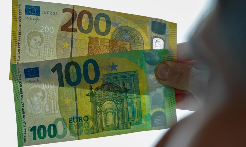 Ue vuole vietare pagamenti contanti oltre 10 mila euro