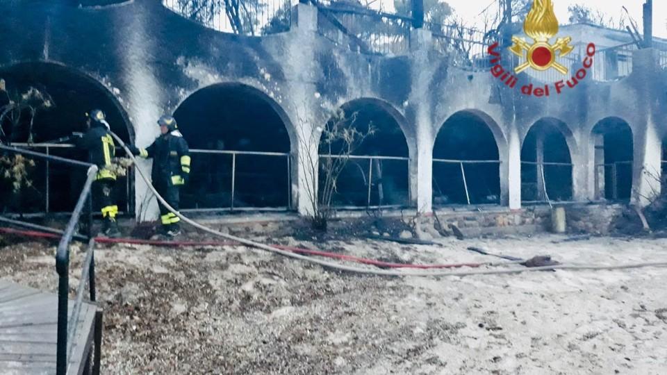 Il resort del reality Temptation Island distrutto dalle fiamme