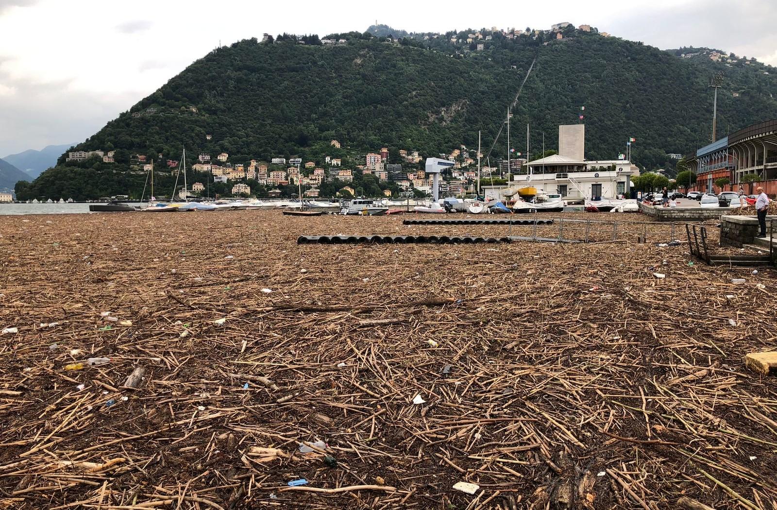 I detriti portati dall'alluvione che hanno invaso il lago di Como