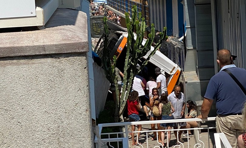 Bus Capri rimosso elicottero