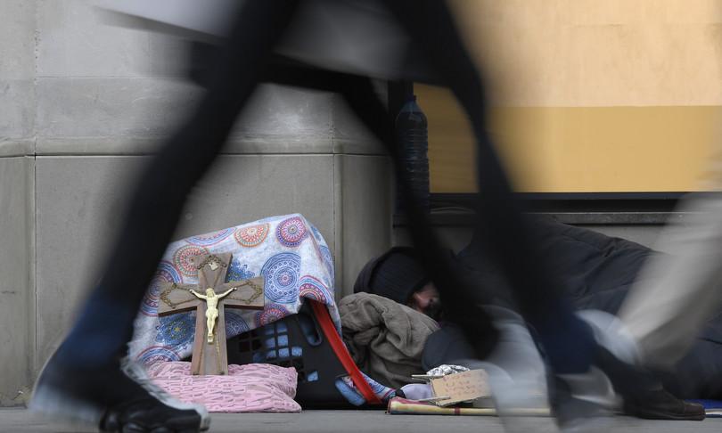 senzatetto vive in cabina telefonica