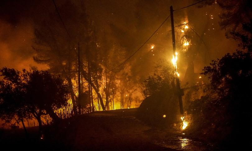 Grecia incendi evacuati migliaia turisti residenti