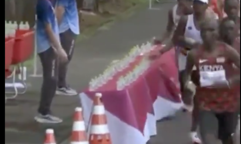 maratoneta francese fa cadere bottiglie per altri corridori