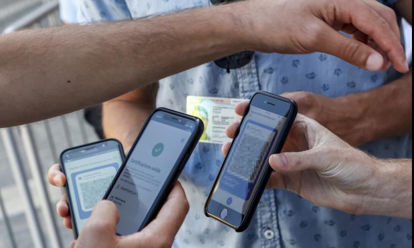 falsi green pass su telegram blitz polizia