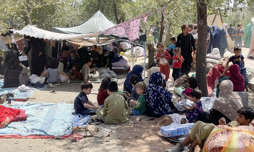 Afghanistan kunduz centinaia soldati arrendono talebani