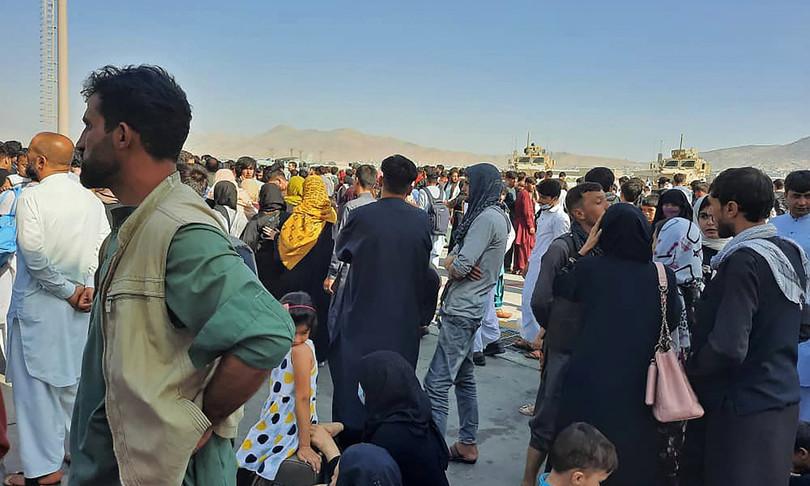 afghanistan aeroporto kabul preso assalto dai civili in fuga