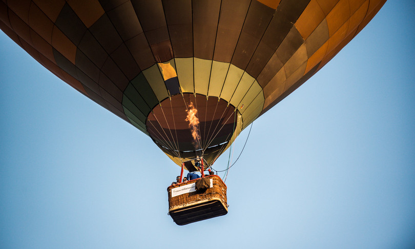 Falls from the basket of a hot air balloon, a woman dies in the Sienese area