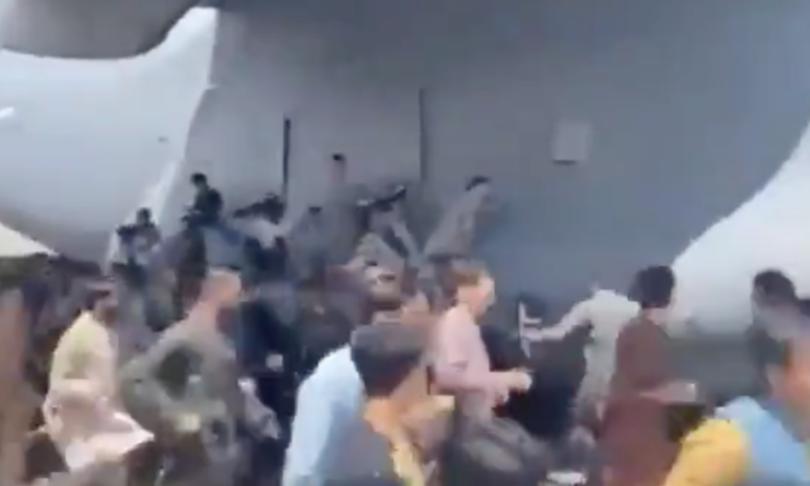video uomini aggrappati aerei kabul afghanistan