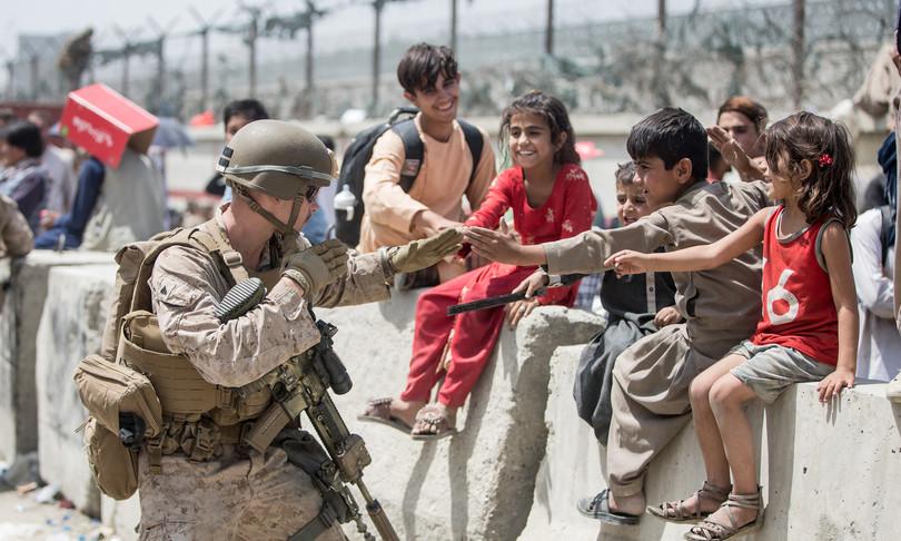 Afghanistan neonato sollevato su filo spinato torna da padre