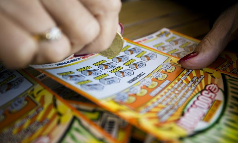 Vince 500 mila euro al 'Gratta e vinci', ma il tabaccaio le ruba il biglietto