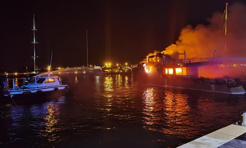 incendio su yacht marina di olbia