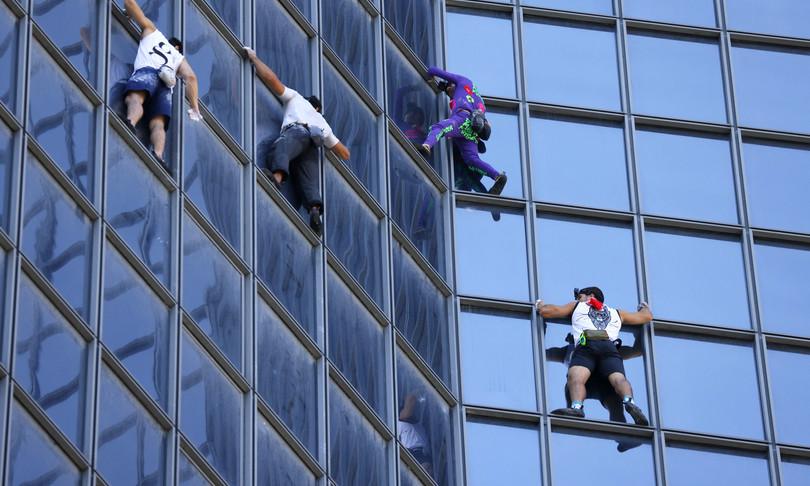 spider man francese scala grattacielo contro pass sanitario