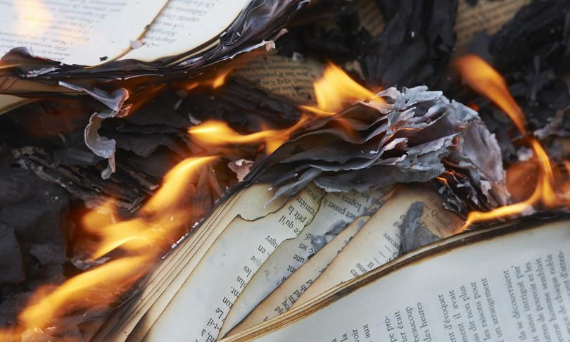 libri bruciati canada