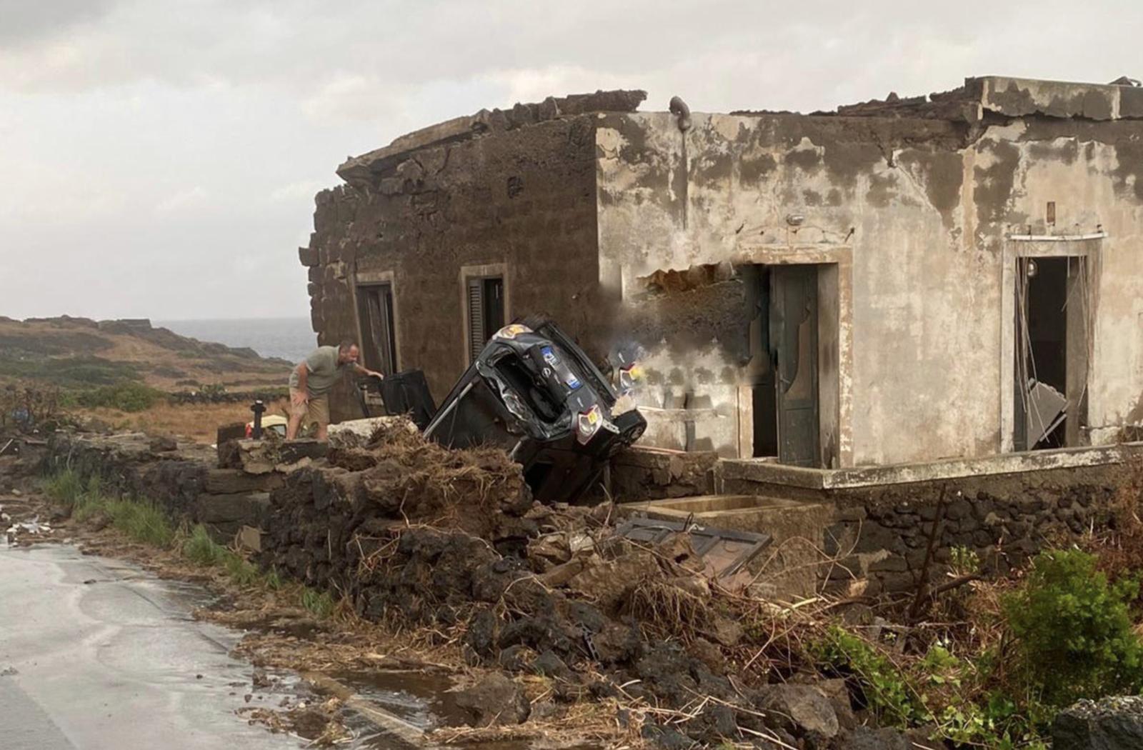 Un'auto scaraventata contro il muro di una casa dalla tromba d'aria che ha colpito Pantelleria