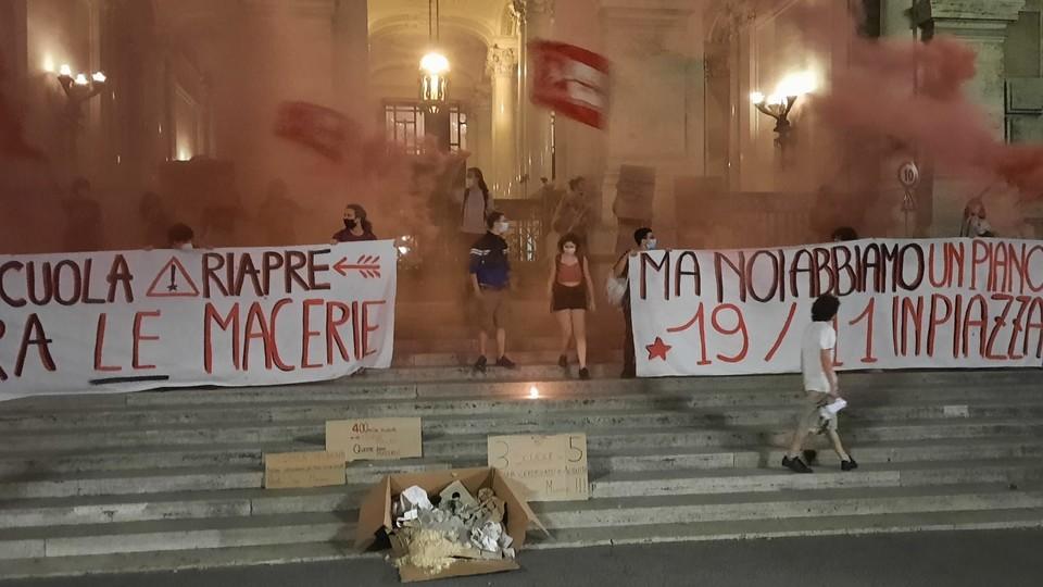 La manifestazione degli studenti davanti al ministero dell'Istruzione