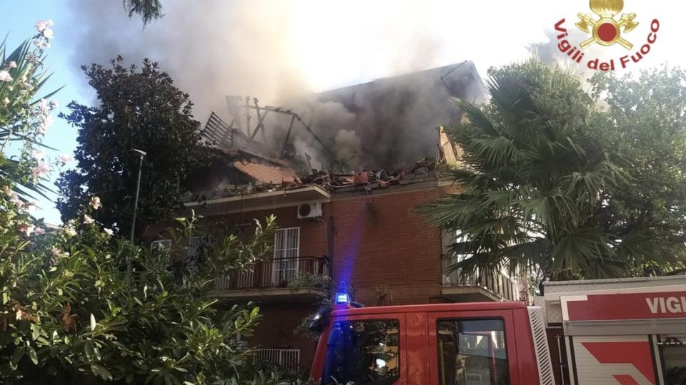 La palazzina distrutta da un'esplosione a Torre Angela, periferia orientale di Roma