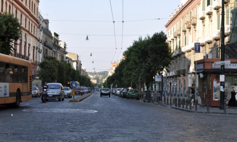 Napoli bambino balcone