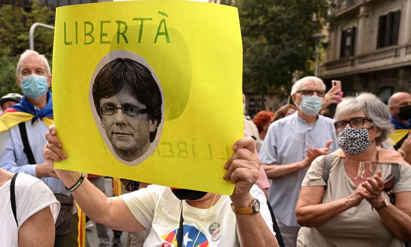 Puigdemont protesta a Barcellona consolato italiano