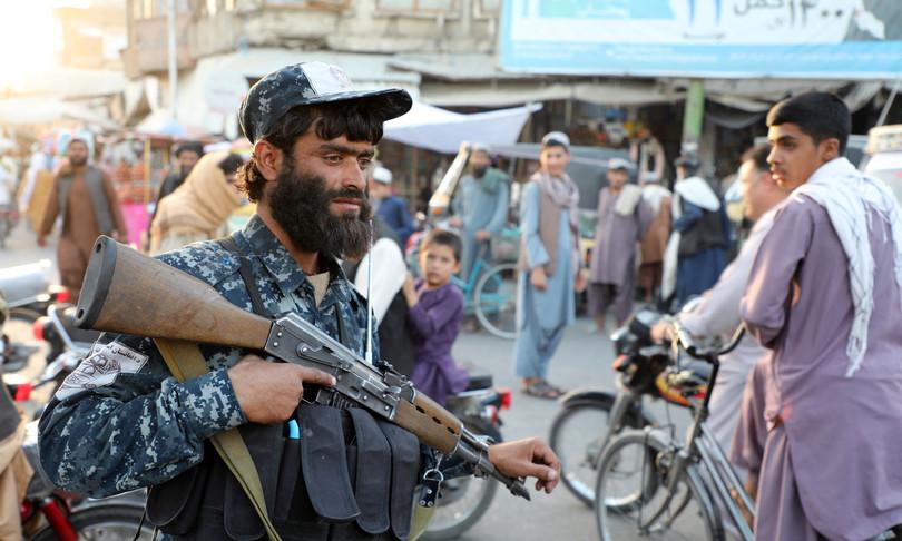 talebani corpi rapitori uccisi impiccati piazza