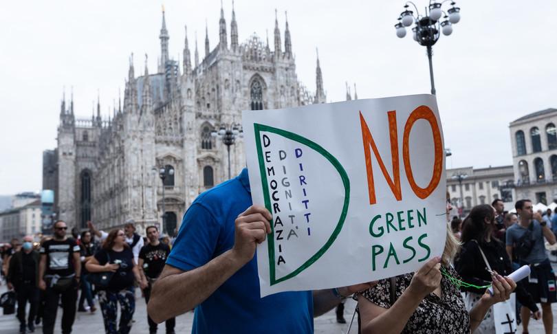 No vax tafferugli a Milano nel decimo sabato di protesta