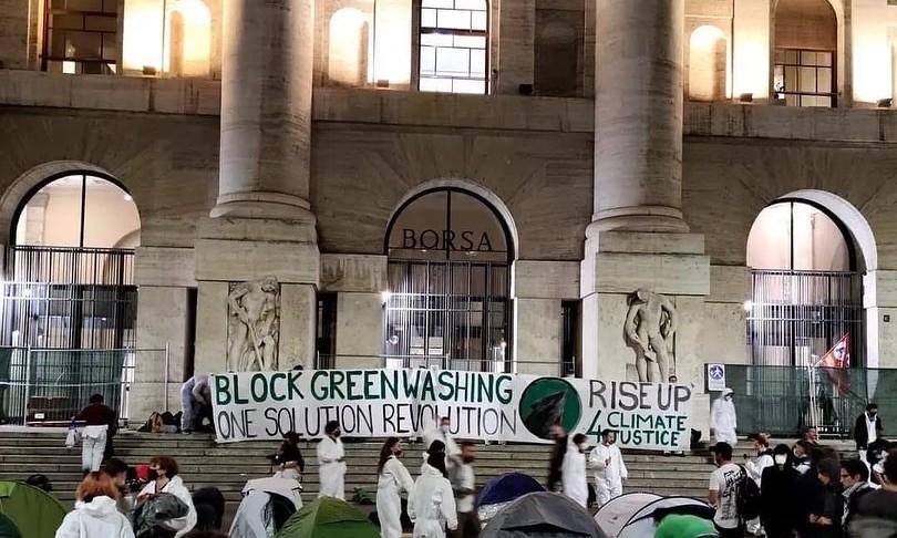 attivisti clima occupano piazza affari