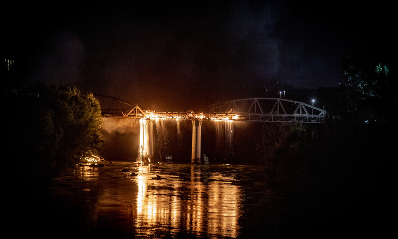 Incendio in zona Ostiense a Roma, brucia Ponte di Ferro