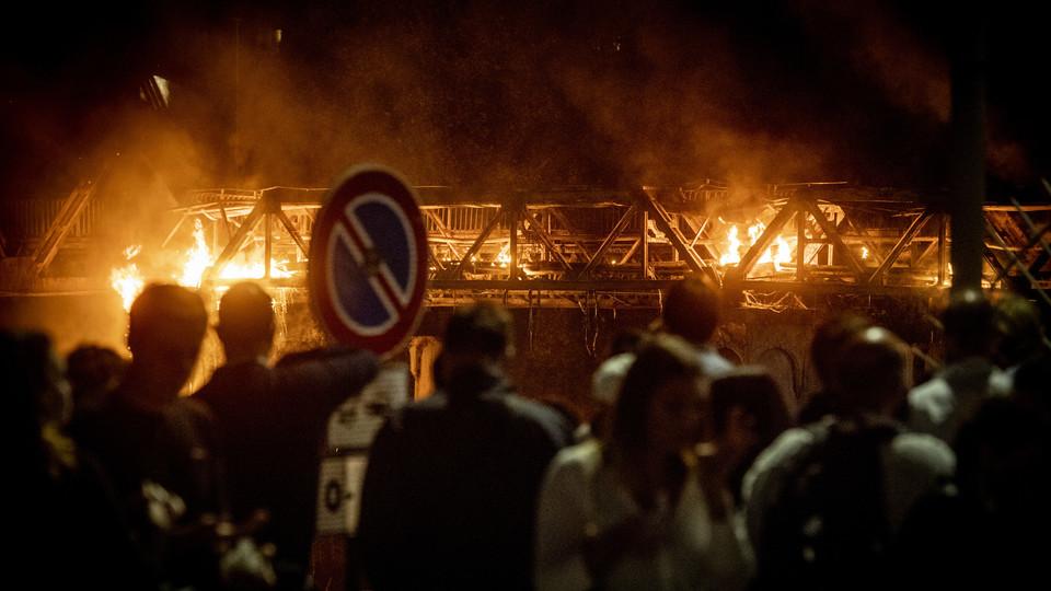 L'incendio al Ponte di ferro a Roma
