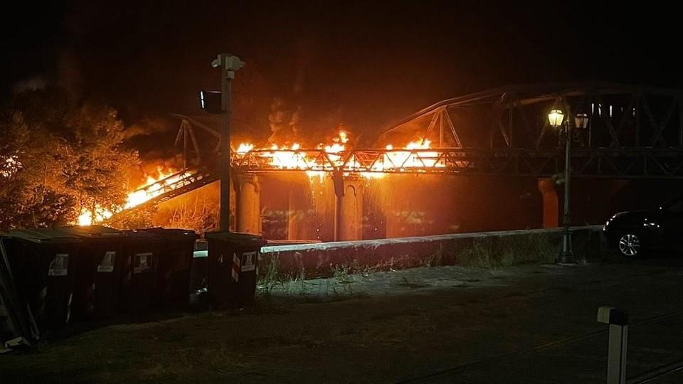 L'incendio sul ponte di ferro a Roma