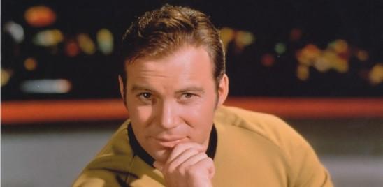 Jeff Bezos manda in orbita il novantenne William Shatner, il capitano Kirk di Star Trek. Elon Musk risponde spedendoTom Cruise a girare un film con scene riprese davvero nel cosmo, un primato che vede in lizza anche i russi. La sfida delle stelle si vince non solo costruendo le astronavi migliori ma anche vendendo il sogno più grande