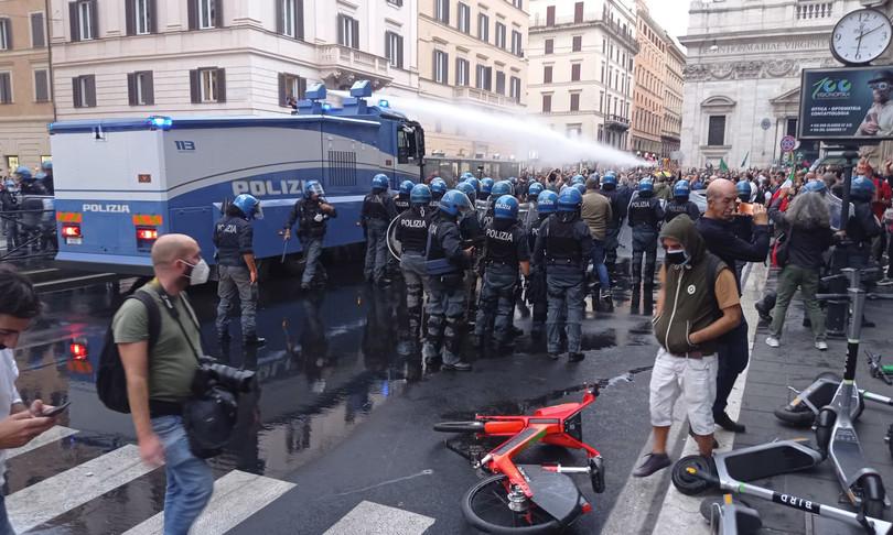 scontri roma manifestazione contro green pass