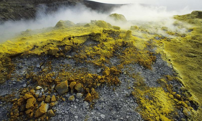 fumi sottosuolo isola vulcano evacuati residenti
