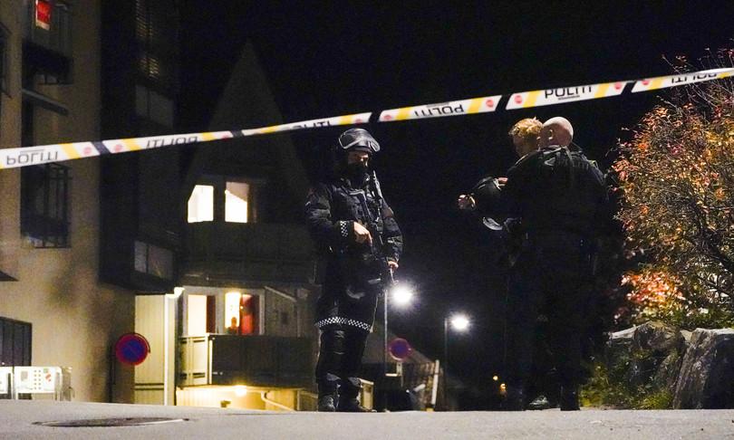 arco frecce uomo uccide diverse persone norvegia