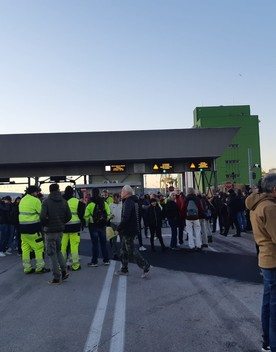 """""""Abbiamo vinto"""", i portuali di Trieste domani tornano al lavoro"""