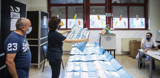 Si vota per i ballottaggi in 65 comuni. Affluenza al 33%, in calo rispetto al primo turno