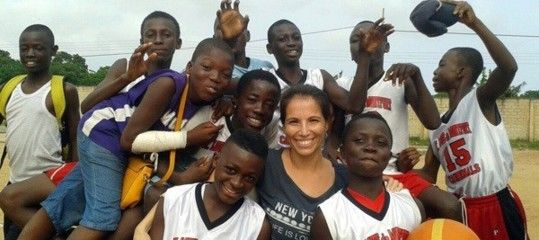Carmen, from Pozzuoli to Ghana teaching basketball to kids