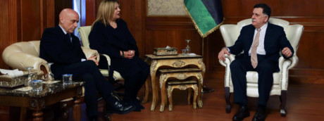 Libia, Fayez al-Sarraj con ministro Marco Minniti (Afp)