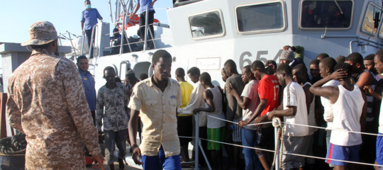 Migrants: Italy gives Libya 12 boats to fight human trafficking