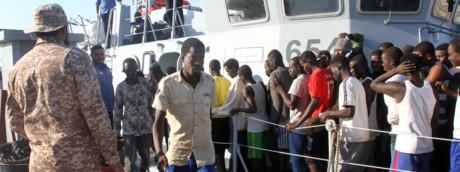 Migranti soccorsi in mare sbarcano nel porto di Tripoli da una motovedetta libica
